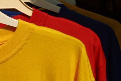 Come fare una maglietta carina fuori una camicia da uomo con scollo a v