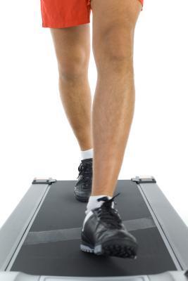 Quali sono i benefici per la salute di camminare all'indietro?