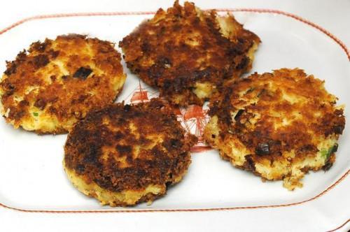 Come cucinare torte di granchio in una padella antiaderente