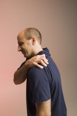 Come rafforzare & elasticizzato per un infortunio alla spalla di AC