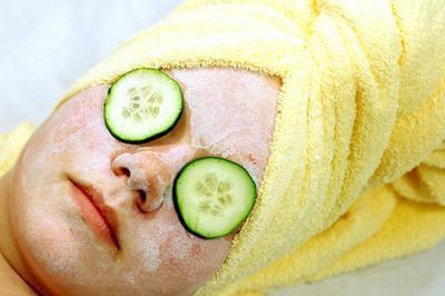 Come utilizzare un asciugamano caldo per pulizia del viso