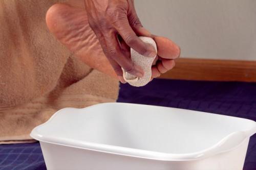 Come immergere i piedi in sale di Epsom per eliminare i calli sui piedi