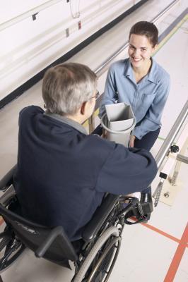 Esercizi di sedia a rotelle per i residenti della casa di cura