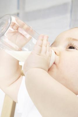 Che cosa potrebbe causare un bambino di nove mesi avviare conati di vomito durante l'allattamento?