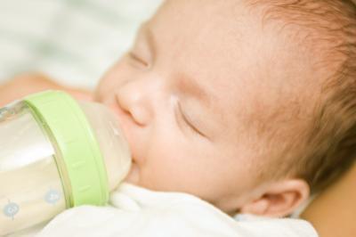 Come sapere quando aumentare le poppate di un neonato
