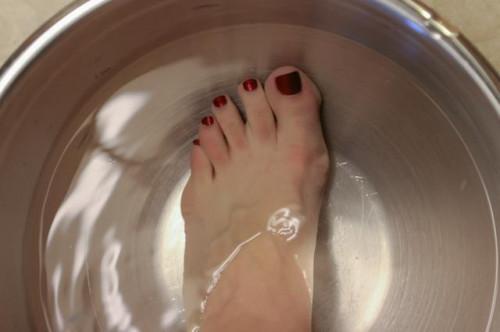 Come utilizzare tè ammollo per l'odore del piede