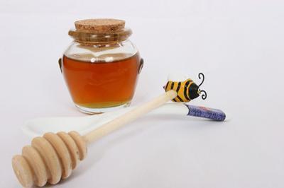 Come curare l'Acne con miele grezzo