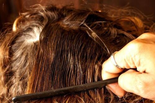Come rimuovere vaselina dai capelli di un bambino