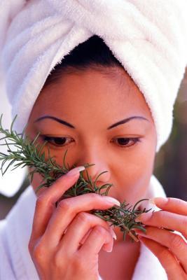 Quali sono i benefici dell'olio di rosmarino per capelli?