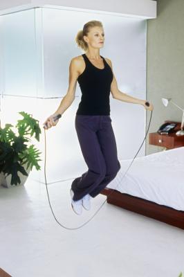 Buon corpo completo allenamenti senza pesi liberi o macchine di esercitazione