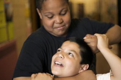 Come insegnare ai figli le conseguenze della lotta con i ragazzi più giovani