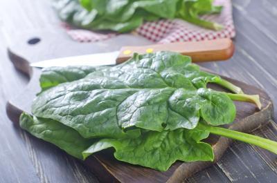 Quanto potassio è in spinaci crudi?