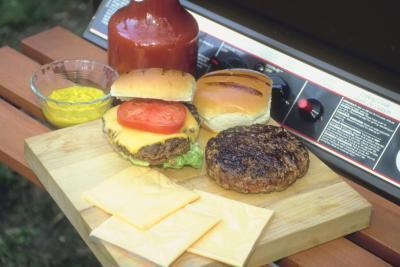 Come cucinare hamburger con foglio di alluminio su un grill a gas