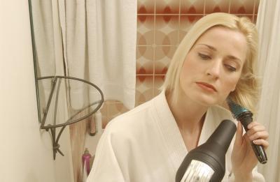 Come aggiungere limonata Kool-Aid a Shampoo per rimuovere il ferro dai capelli