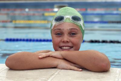 Come sapere quali dimensioni nuotata occhiali & nuotare tappi per ottenere i bambini