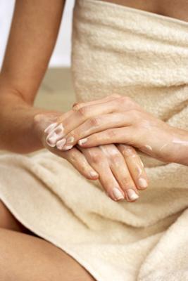 I migliori trattamenti per le mani screpolate asciutte