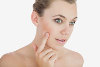 Pori dilatati in invecchiamento della pelle