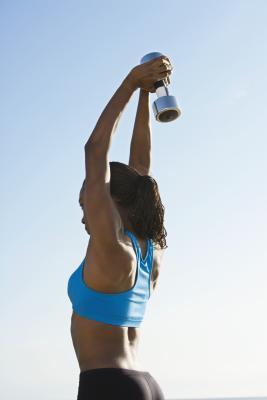 Esercizi di tonificazione con i pesi da 5 lb del braccio