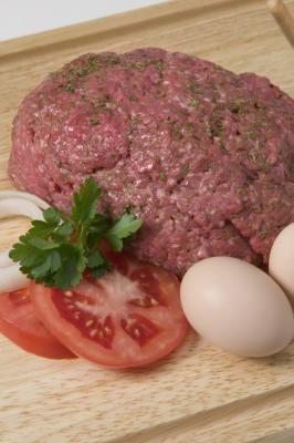 Come cucinare Hamburger con un uovo sulla parte superiore
