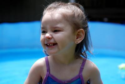 Un infante con il rossore sul viso