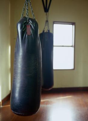 Come allevare un sacco da boxe utilizzando un moschettone