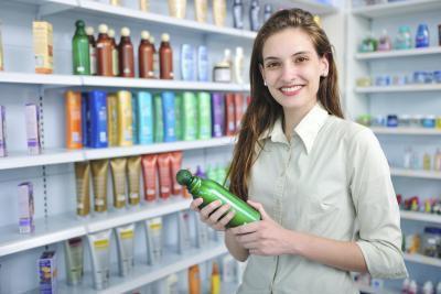 Che cosa shampoo rimuovere verde da capelli causato da acqua della piscina?